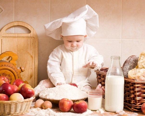 Ребенок с пирогом
